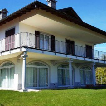 Villa ristrutturata con terreno e vista lago, Bee
