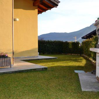 Appartamento con giardino, terrazzo e tre posti auto.