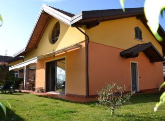 Villa singola con giardino e box doppio, Arizzano
