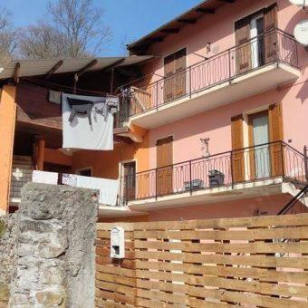 Casa semi indipendente con cortile privato, Ramate