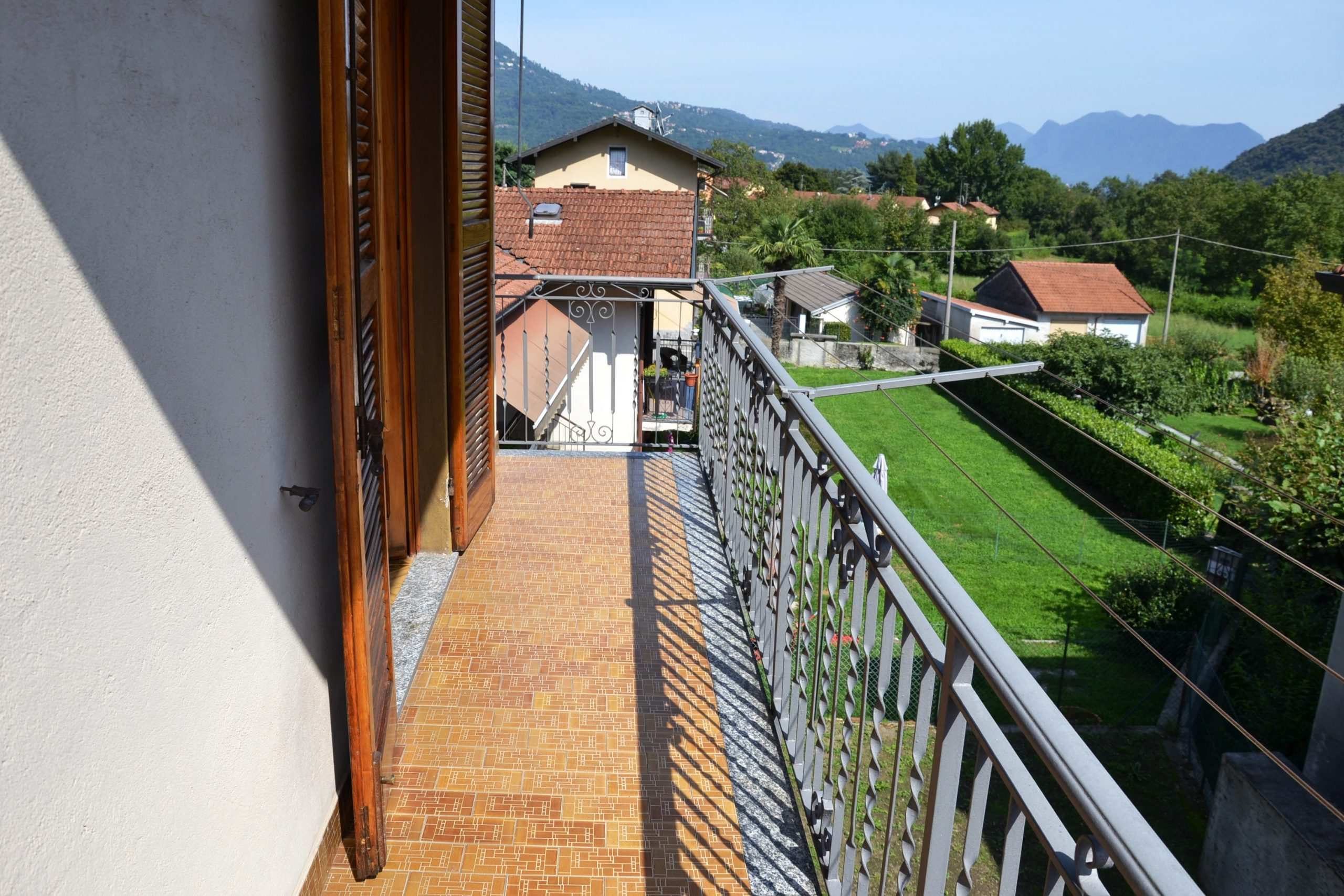 Foto Casa bifamigliare con box auto, terrazzo e cortile