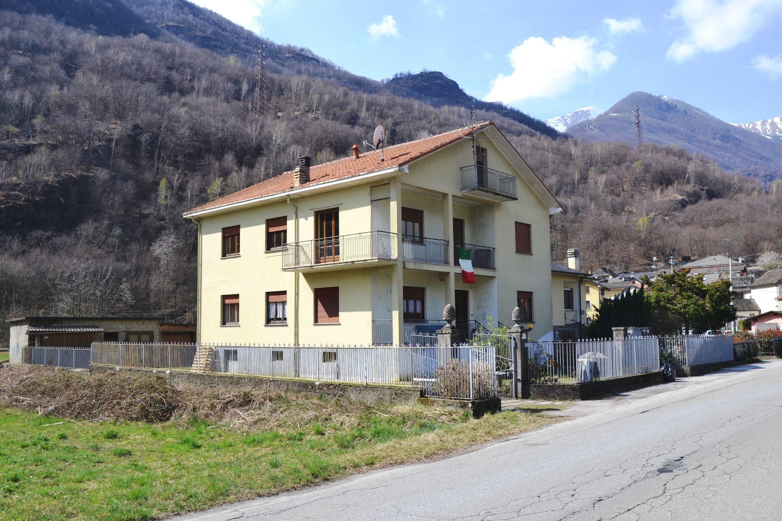 Villa bifamiliare da ristrutturare, Megolo