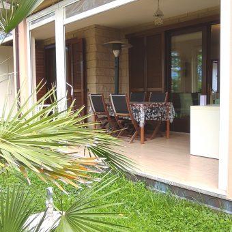 Trilocale con giardino, box e veranda.